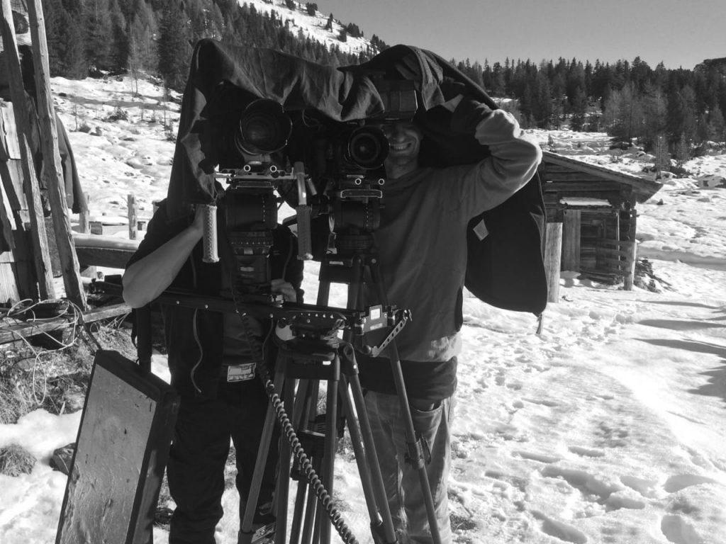 Jörg Stefke mit Kamera in Schneelandschaft