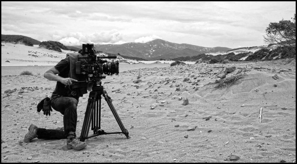 Oliver Indra mit Kamera am Strand